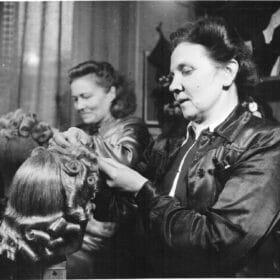 Greta Kuokkanen ja Hilja Myllymäki viimeistelemässä peruukkeja 1940-luvulla.